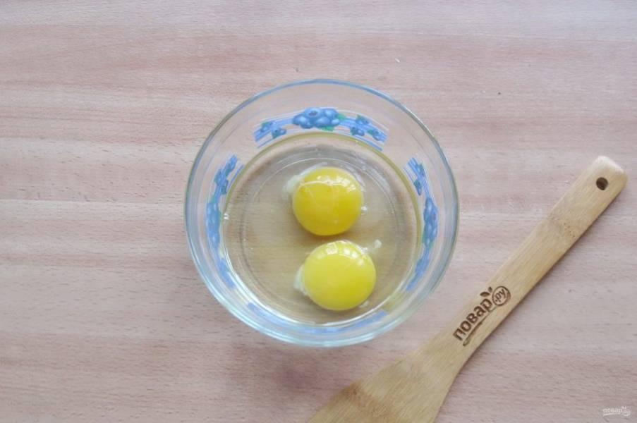 Подготовьте заливку для калалаатикко. В мисочку разбейте яйца.