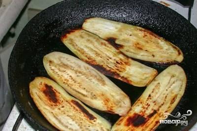 Обжарьте баклажаны на растительном масле с двух сторон. Готовые баклажаны переложите на бумажную салфетку, чтобы убрать лишнее масло.