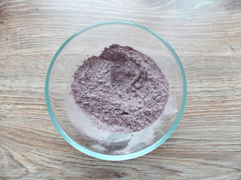 В миску насыпьте муку, добавьте половину какао, перемешайте.