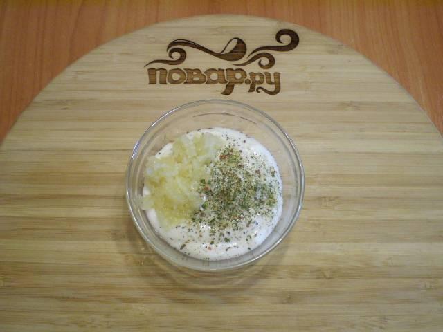 6. Майонез смешиваем с солью, травами, чесноком.