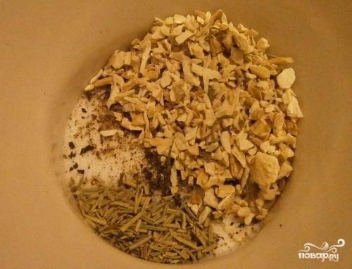 1. Первым делом вымойте рульку и обсушите немного бумажным полотенцем. Подготовьте специи. В данный простой рецепт рульки свиной в аэрогриле используется корень сельдерея, сушеный имбирь и хрен, перец, немного цедры лимона и перец. Все как следует перемешайте.