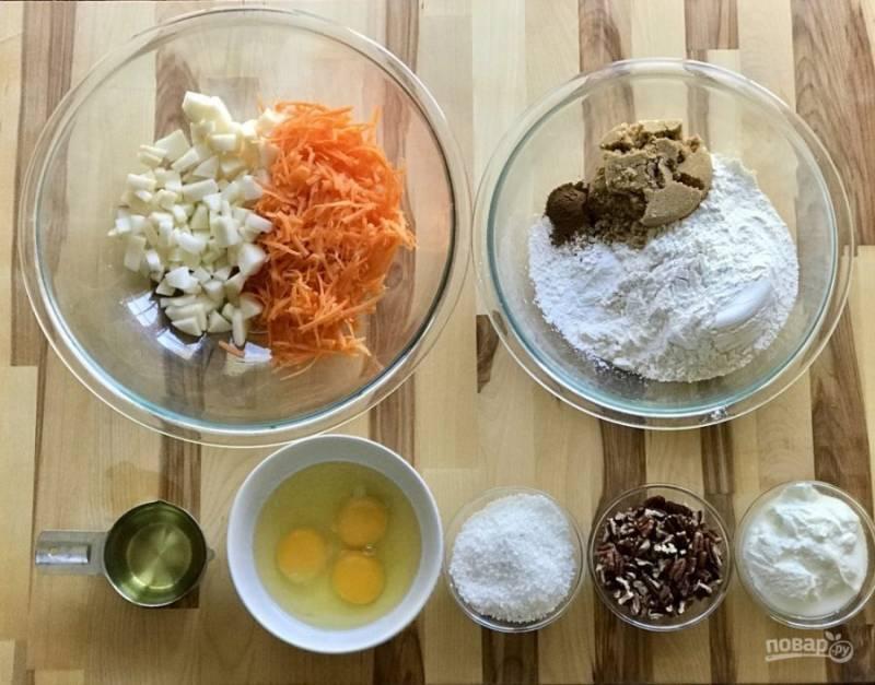 Морковь натрите, яблоки порежьте маленькими брусочками. Смешайте муку, сахар, корицу. Подготовьте остальные ингредиенты.