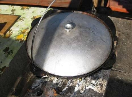 Теперь можно закрыть казан крышкой и варить мясо на медленном огне в течение двух часов.