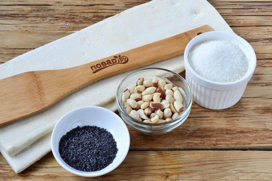 """Подготовьте все необходимые ингредиенты. Слоеное тесто выньте из морозилки, чтобы оно разморозилось. Арахис поджарьте в духовке или в микроволновке, включите функции """"гриль""""."""
