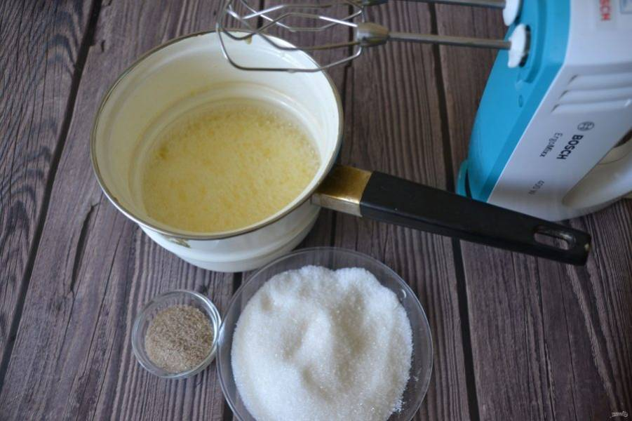 Добавьте к молоку с желтками ванильный и обычный сахар, еще раз взбейте в пену.