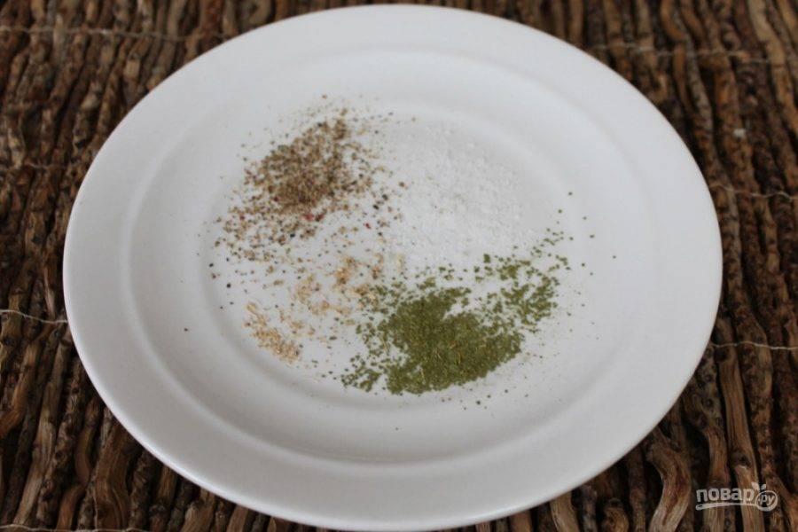 Готовим маринад для индейки. В тарелку насыпаем соль, смесь перцев, молотый лавровый лист и кардамон.