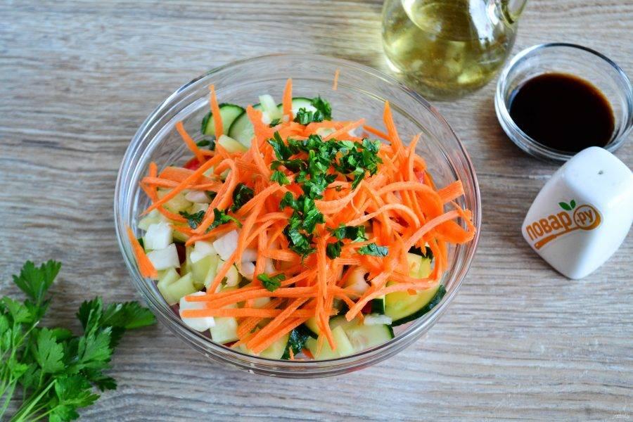 Смешайте все подготовленные ингредиенты, мелко нарежьте зелень и добавьте к овощам.