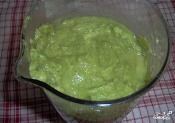 Пюрируем овощи с грибами, добавив немного бульона. Возвращаем овощную смесь в кастрюлю с бульоном, вливаем сливки, кладем специи. Перемешиваем и варим еще 5 минут.