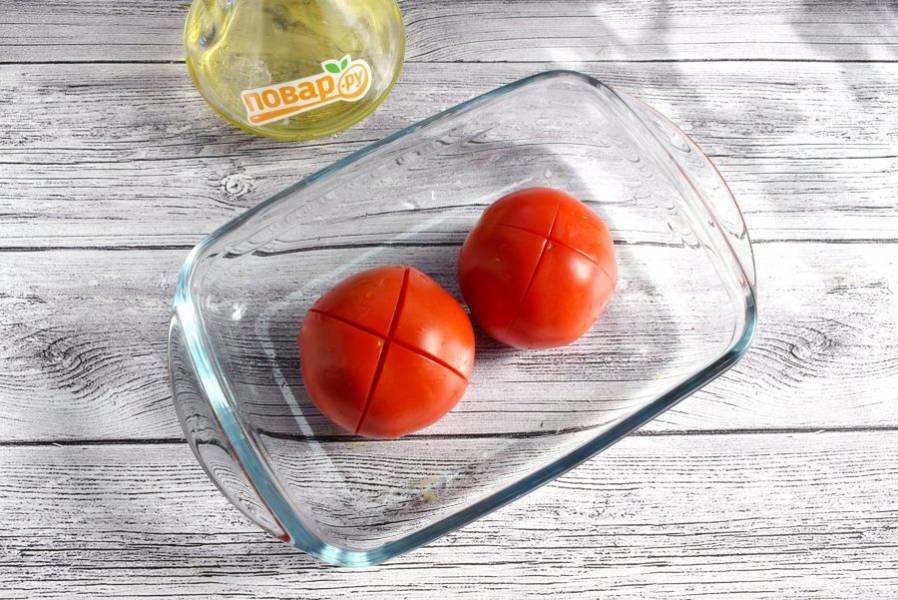 На помидорах сверху сделайте крестообразный надрез, опустите в кипяток на 1-2 минуты. Затем снимите кожицу.