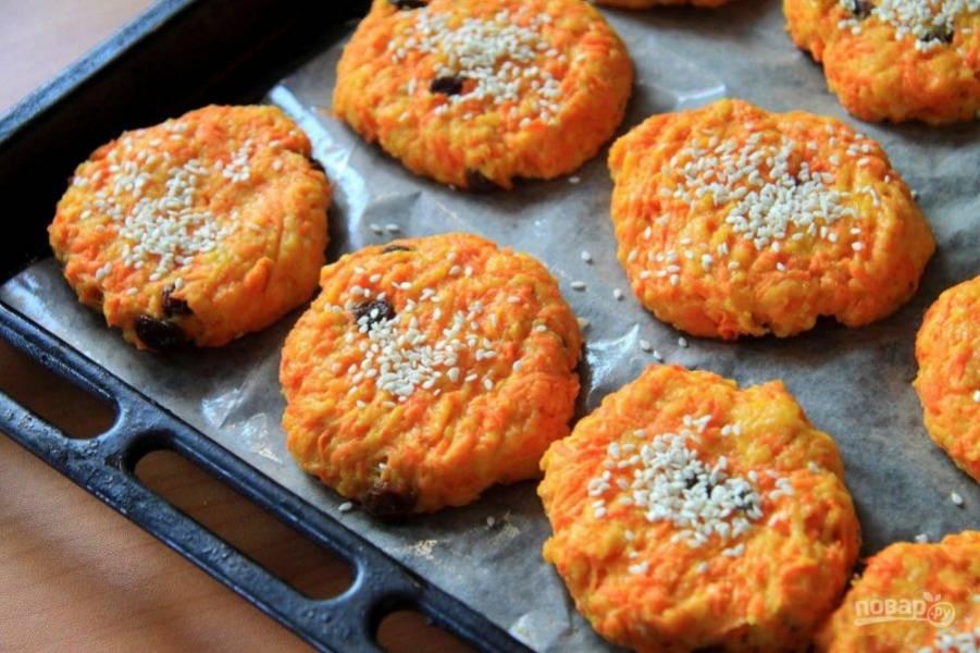 Придавите каждое печенье вилкой и посыпьте кунжутом.
