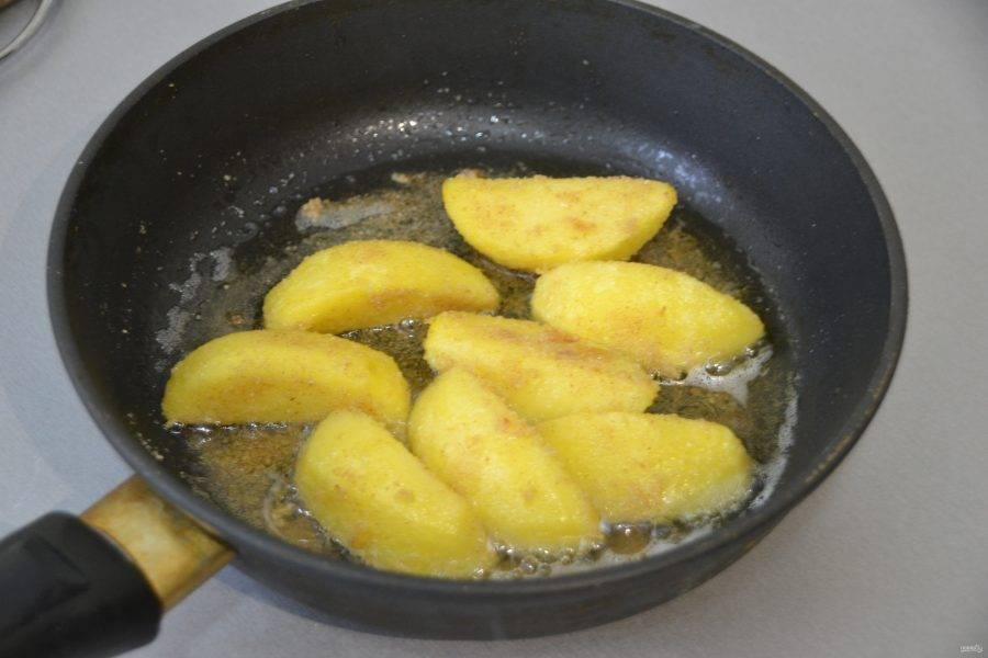 И обжарить этот картофель на смеси растительного и сливочного масла.
