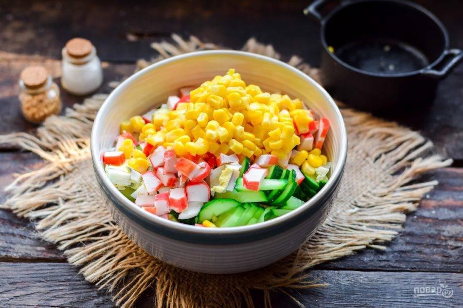 Добавьте в салат кукурузу.