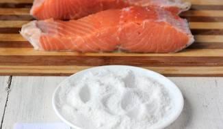3. После этого со всех сторон натираем поваренной каменной солью. Соли не бойтесь класть больше, поскольку рыба лишнего не возьмет.