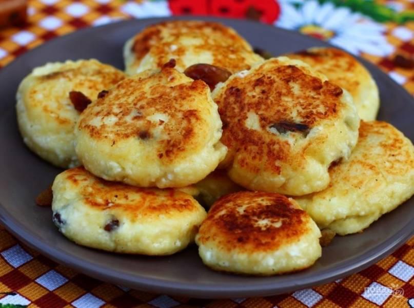 7. Подавать сырники из творога с изюмом можно горячими, а можно и холодными.