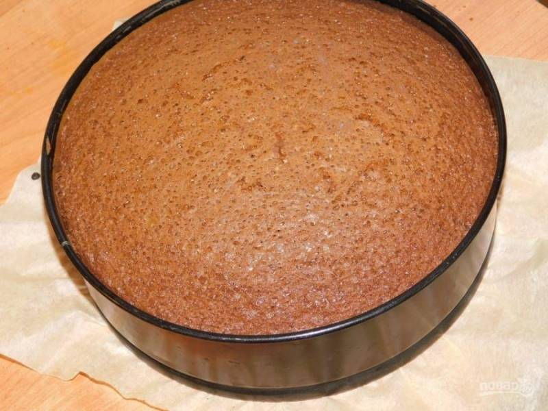 Вылейте тесто в форму для выпечки и поставьте в духовку, разогретую до 180 градусов, на 40 минут.