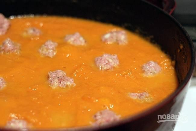 5. Сформируйте из фарша небольшие фрикадельки и выложите их в суп. Томите на среднем огне еще минут 10.