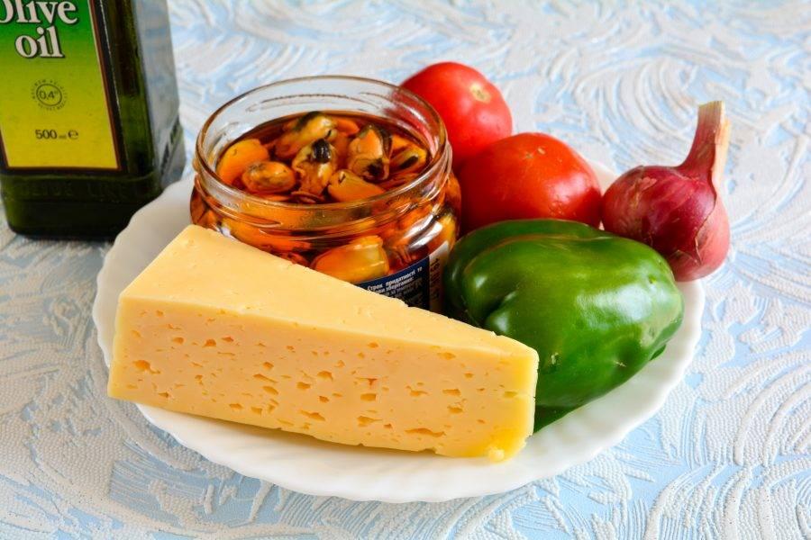 Подготовьте ингредиенты для приготовления салата с мидиями и сыром.