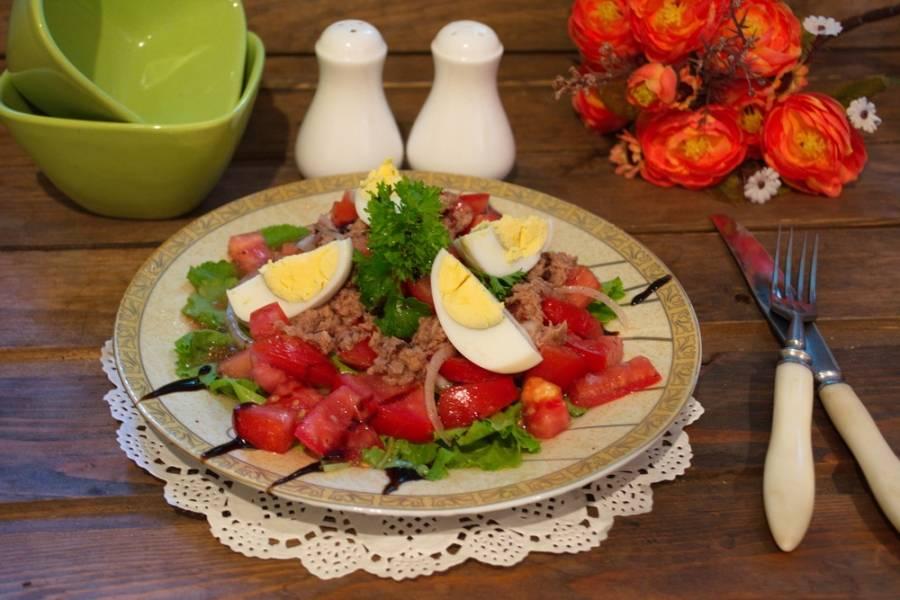 Подайте салат к столу, украсив веточкой зелени. По желанию предварительно можете охладить его в холодильнике около 10-15 минут.