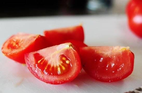 Небольшие помидоры порезать четвертинками.