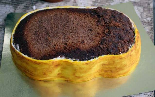 Отделать бока торта мастикой. Белая мастика подкрашена пищевыми красителями.
