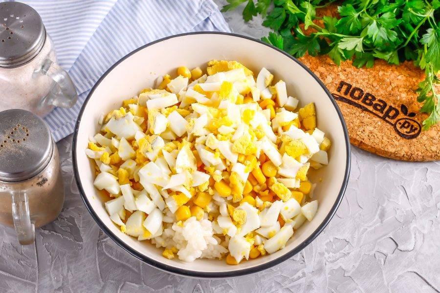 Очистите куриные яйца от скорлупы, промойте в воде и нарежьте кубиками, добавьте к остальным ингредиентам.