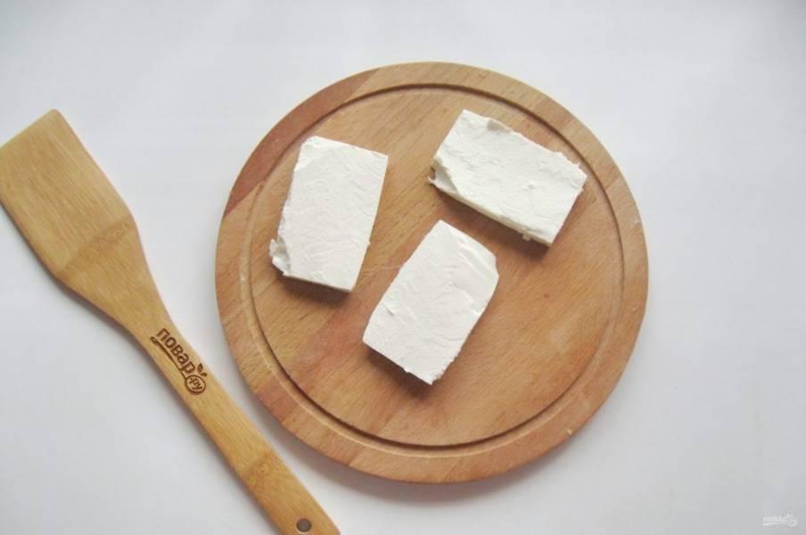 """Сыр """"Фета"""" нарежьте небольшими прямоугольниками или квадратами толщиной 1 сантиметр."""