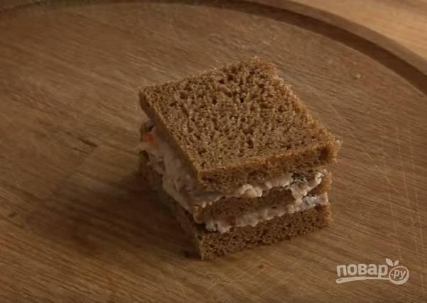 6. Каждый хлебушек промажьте селедочным кремом, сложите их стопочкой. Разрежьте ее на порционные куски.