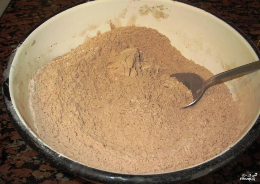 В другой миске соедините муку с какао.