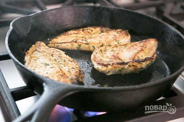 Разогрейте в сковороде ложку масла, положите туда курицу и жарьте на каждой стороне по 3-4 минуты, чтобы образовалась корочка. Затем заверните курицу в фольгу.