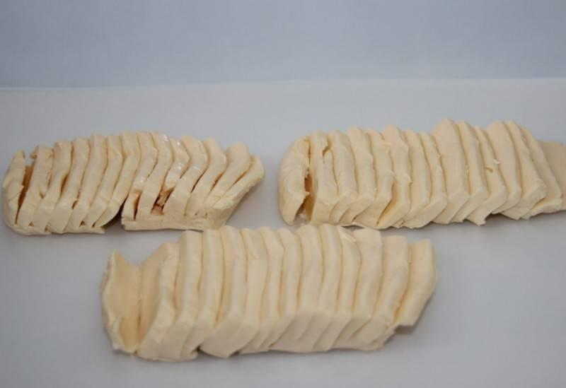 Плавленный сыр нарезаем на небольшие кусочки.