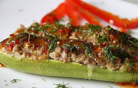 Готовое блюдо можно полить соусом и присыпать зеленью. Приятного аппетита!