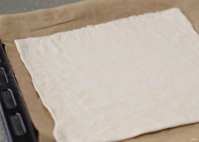 Раскатайте тесто в полсантиметра толщиной, затем нарежьте его на полосы шириной 3-4 см.