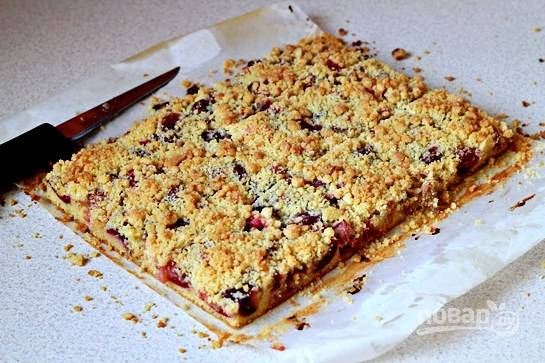 Отправьте пирог в разогретую до 180 градусов на 35-40 минут. Пирог готов!
