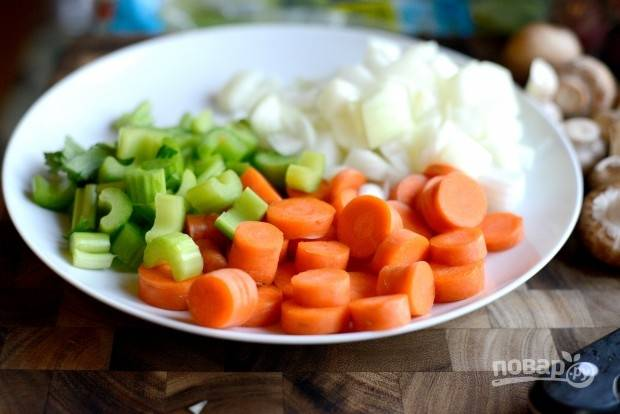 1. Нашинкуйте крупными кусочками морковь, лук и сельдерей.