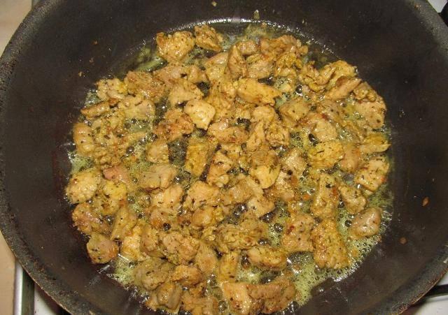 Выкладываем к луку подготовленное мясо и обжариваем  все вместе до легкого подрумянивания кусочков мяса.