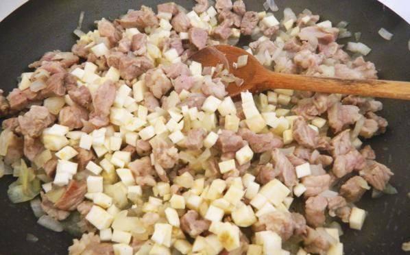 Добавляем на сковороду сельдерей. Тушим до готовности.