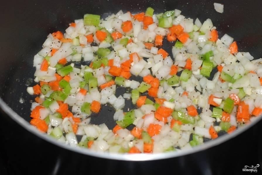 Разогрейте масло на сковороде, обжарьте в нем порезанные кубиками лук, морковку, сельдерей, а также измельченный чеснок. Помешивая, жарьте минуты 3-4.