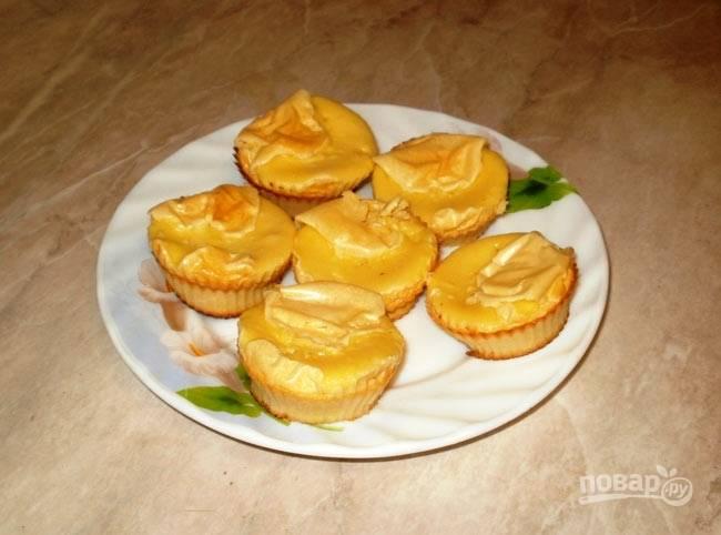 По желанию можете дополнить кексы помадкой, смешав яичный белок, горчицу, немного цедры апельсина, творог и кефир. Все это взбейте блендером и положите помадку на кексы.