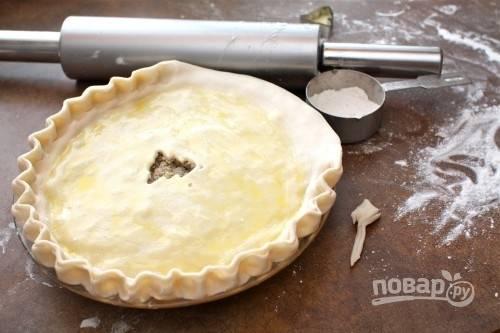 4. Сверху выложите второй пласт и хорошо залепите края. Сделайте небольшое отверстие, смажьте тесто взбитым яйцом. Отправьте в разогретую духовку.