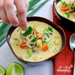 22. Подавайте тайский куриный суп порционно, украсив петрушкой и зеленым луком. Приятного аппетита!