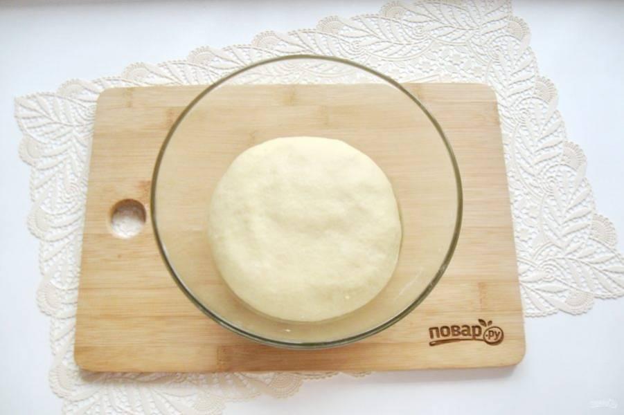 Замесите мягкое, эластичное тесто, не липнущее к рукам.