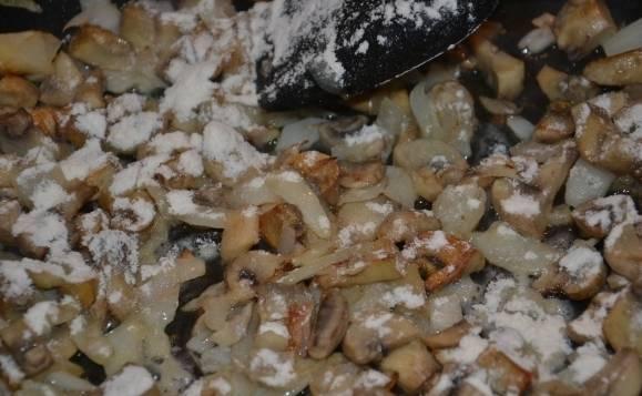 Поджарим на сливочном масле грибы с луком и в конце добавим муку. Хорошо размешивая, поджарим 1-2 минуты. Затем добавим сливки и доведем до кипения, все время помешивая.
