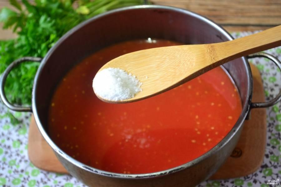 Первым делом приготовьте томатную заливку. Для этого свежий томатный сок посолите по вкусу (на 1л. я обычно добавляю ½ ч. ложки соли), также добавьте перец горошком. Поставьте сок на огонь, доведите его до кипения. После закипания варите 6-8 минут.