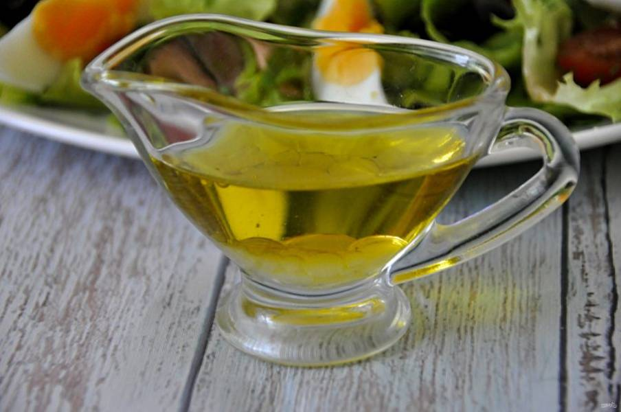 Подготовьте салатную завправку из оливкового масла и лимонного сока, добавьте немного сахарного песка для сбалансированности вкуса, солить не рекомендую.