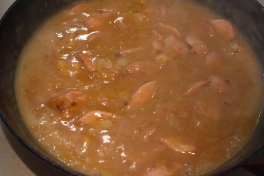 Когда мука обжарится, добавьте бульон, кетчуп, соль, специи.