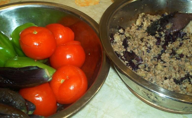 Смешиваем перец, соль и куркуму. Натираем этой смесью внутренние стенки овощей. Соединяем бараний фарш с мякотью овощей (кроме мякоти томатов) и измельченным базиликом, перемешиваем и немного обжариваем на сковороде.
