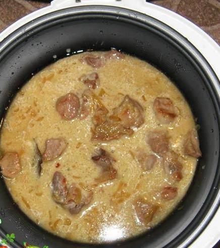 4. Вливаем сметану и тушим еще около 20 минут. Свинина готовится быстрее остального мяса (за исключением курицы), поэтому времени на приготовление  данного блюда у меня ушло не больше часа.