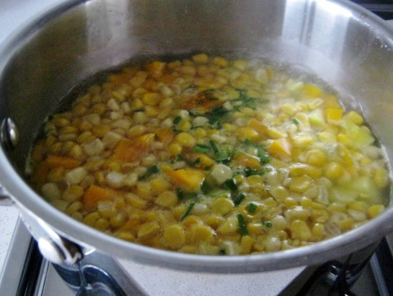 Доведите до кипения, потом убавьте огонь, дайте провариться овощам минут 15.