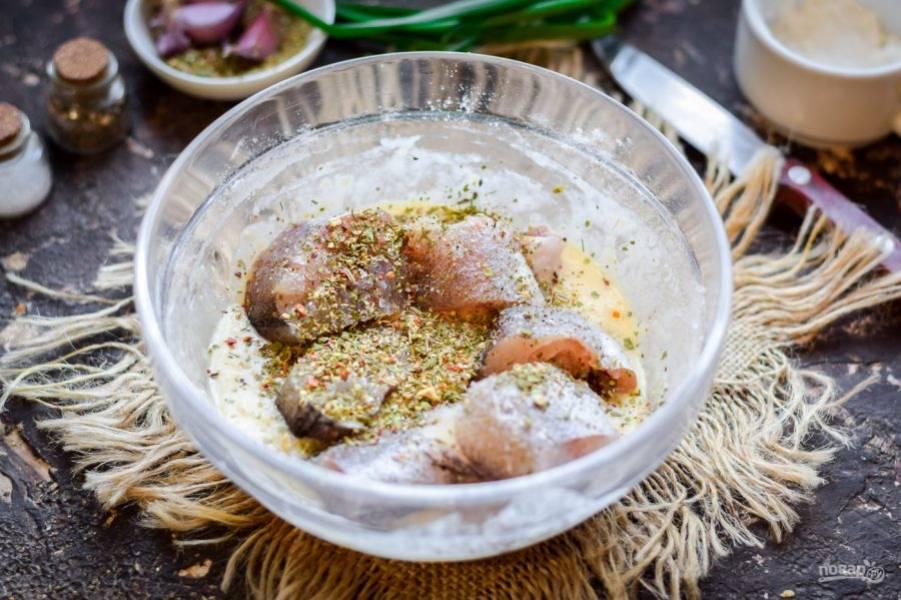 Рыбу нарежьте порционно и переложите в кляр, добавьте специи.
