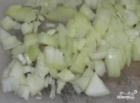 Проварите сморчки в воде 5 минут. Потом очистите и мелко нарежьте лук. Добавьте его в воду. Посолите и поперчите.